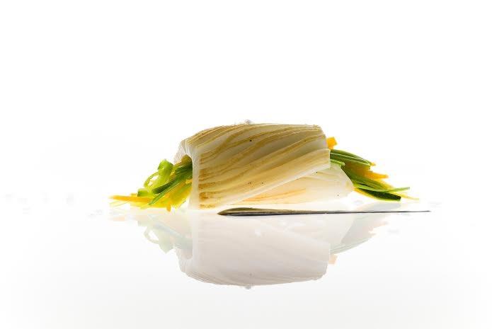 millefoglie di seppia grigliata con piccole verdure e salsa al nero