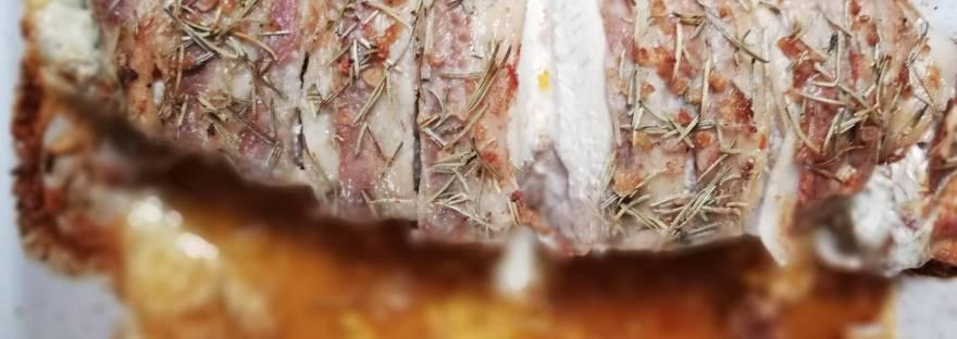 Tacchino in crosta di pancetta ripieno di pomodorini secchi e formaggio